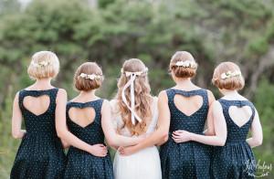 Váy phụ dâu đơn giản và sang trọng với màu xanh navy