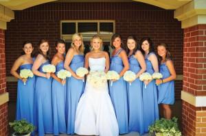 Váy phụ dâu dáng dài với kiểu dáng suông dài đơn giản
