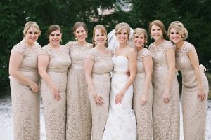 Váy phụ dâu chất ren có tông màu kem