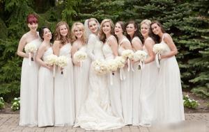 Váy phụ dâu lấy tông màu trắng