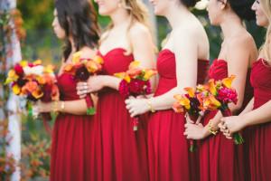 Váy phụ dâu lấy tông màu đỏ mận