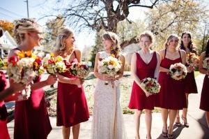 Váy phụ dâu màu đỏ đô