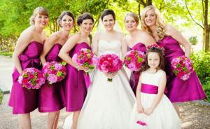 Váy phụ dâu có màu tím hơi nghiêng về hồng