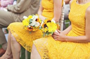 Váy phụ dâu ren trẻ trung với màu vàng nổi bật