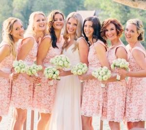 Váy phụ dâu ren dáng ngắn với màu hồng ngọt ngào